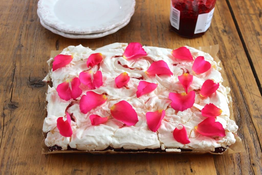 Mazurek malinowy z bezą różaną 2