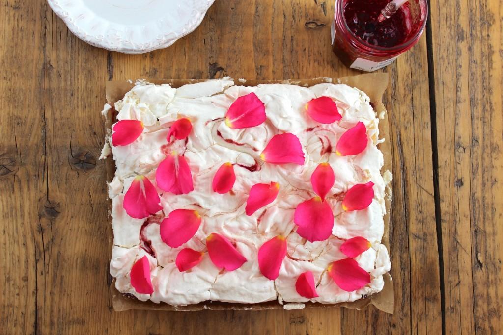 Mazurek malinowy z bezą różaną 3