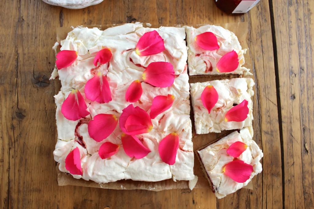 Mazurek malinowy z bezą różaną 4