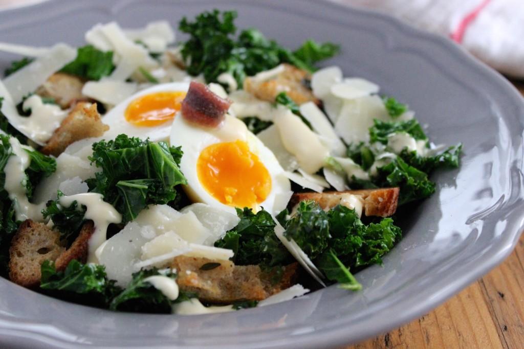 Sałatka Cezar z jarmużem i jajkiem 2