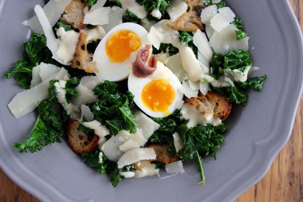 Sałatka Cezar z jarmużem i jajkiem 3