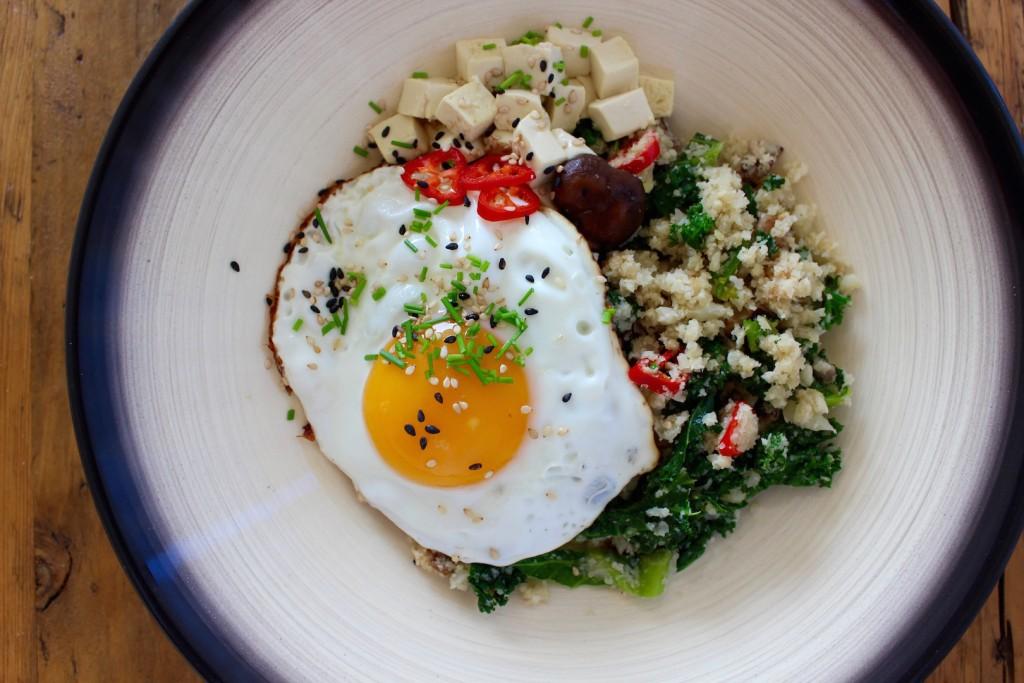 Kuskus z kalafiora jarmużem, grzybami i jajkiem 1