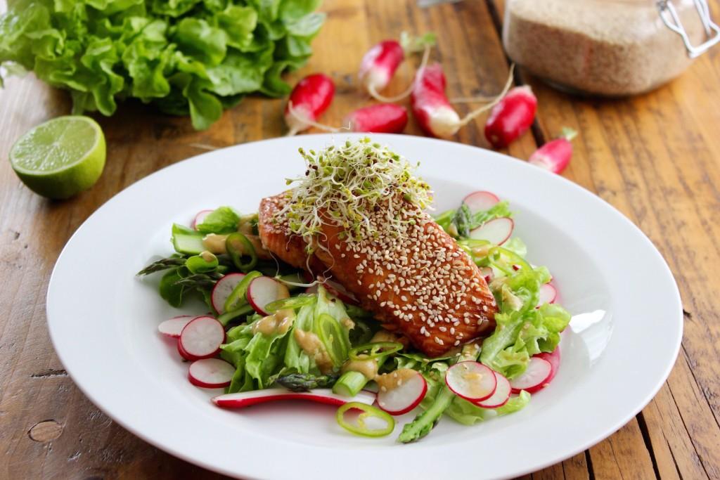 Sałatka z łososiem, szparagami i rzodkiewką 1