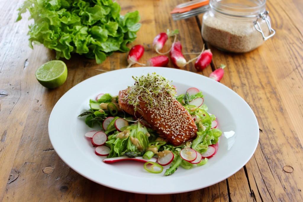 Sałatka z łososiem, szparagami i rzodkiewką 2