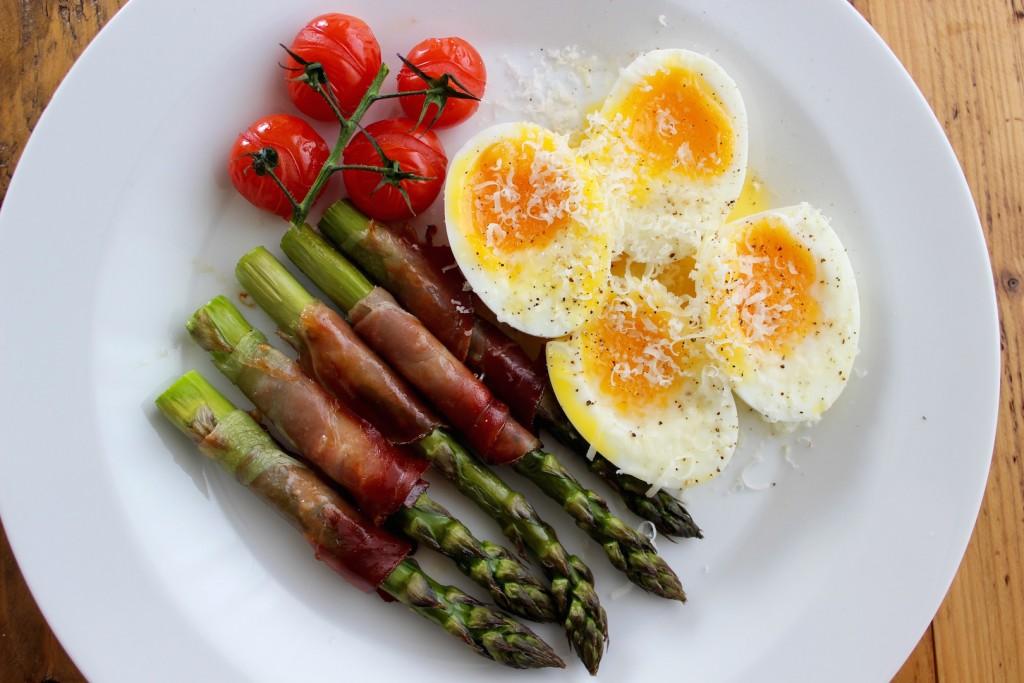 Szparagi w szynce parmeńskiej z jajkiem 2
