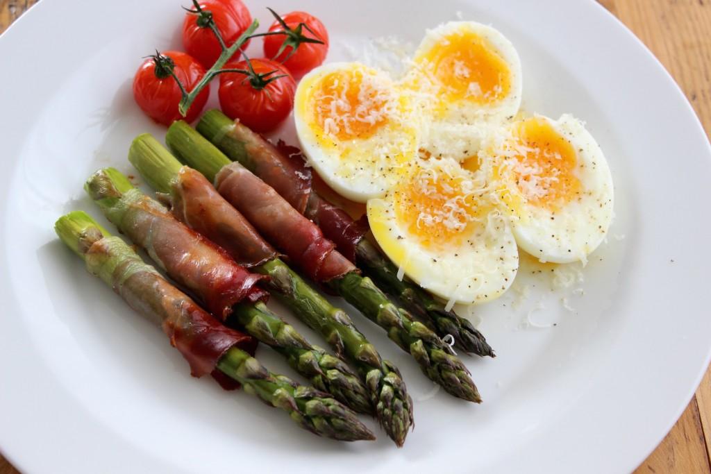 Szparagi w szynce parmeńskiej z jajkiem 3