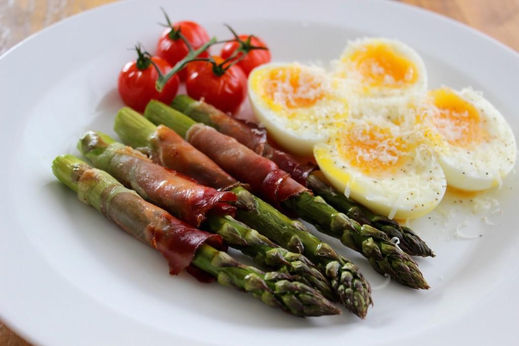 Szparagi w szynce parmeńskiej z jajkiem 4