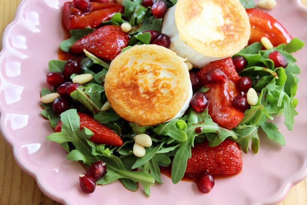 Sałatka z serem kozim i pieczonymi truskawkami 3