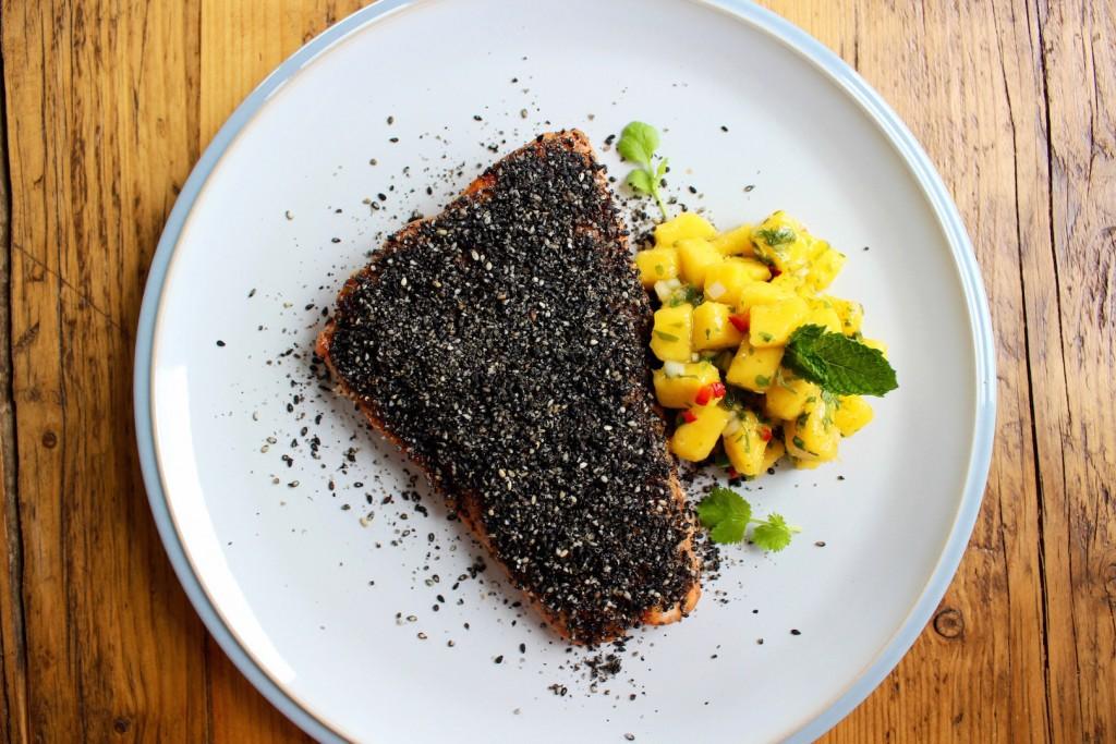 Salmon z gomashio i salsą z mango 2