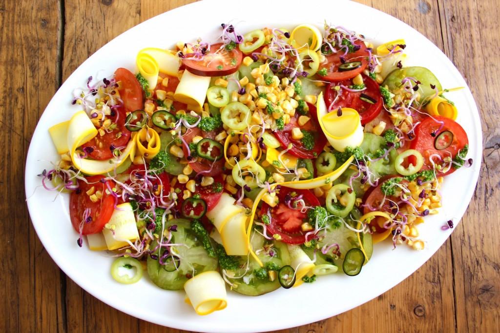Sałatka z pomidorów, grillowanej kukurydzy i cukinii 1