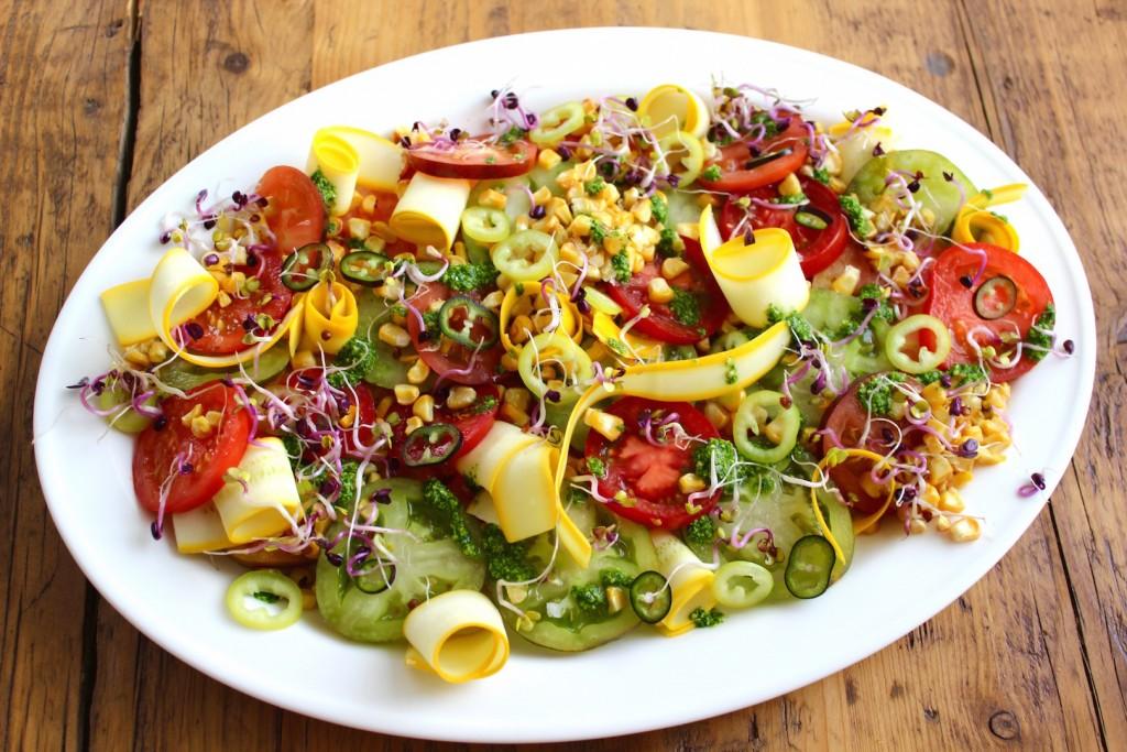 Sałatka z pomidorów, grillowanej kukurydzy i cukinii 2