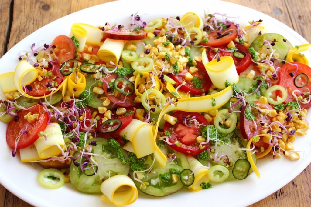 Sałatka z pomidorów, grillowanej kukurydzy i cukinii 3